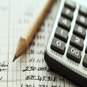 Imagem de um lápis, calculadora e contas em um papel, possui link para página de pagamentos