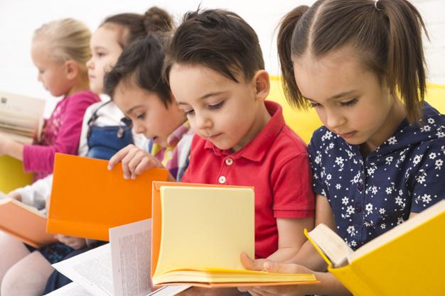 Imagem de Crianças lendo, possui link para página de entrega de material